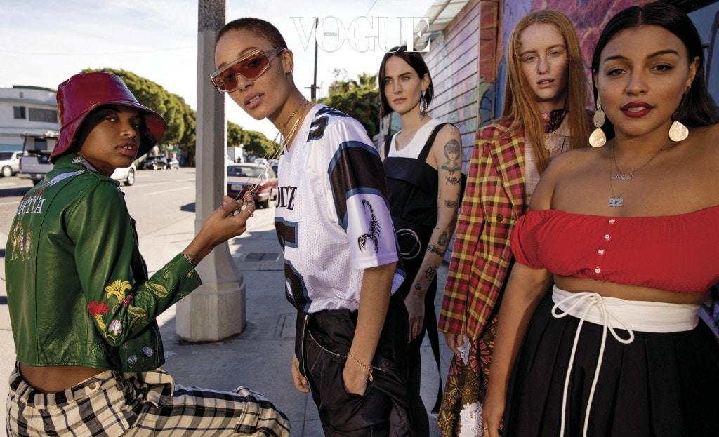 슬릭 우즈가 입은 초록색 가죽 재킷은 비베타(Vivetta), 체크무늬 바지는 로지 애슐린(Rosie Assoulin). 애드와 아보아가 입은 저지 티셔츠는 로다테(Rodarte), 검은색 점프수트는 베르사체(Versace). 제인 모슬리가 입은 튜닉, 탱크 톱과 팬츠는 끌로에(Chloé). 인디아 살보 마누에즈가 입은 체크무늬 재킷은 프라다(Prada), 톱은 미쏘니(Missoni), 팬츠는 피니(Fini). 팔로마 엘세서가 입은 비키니 톱은 리사 마리 페르난데즈(Lisa Marie Fernandez), 스커트는 끌로에.