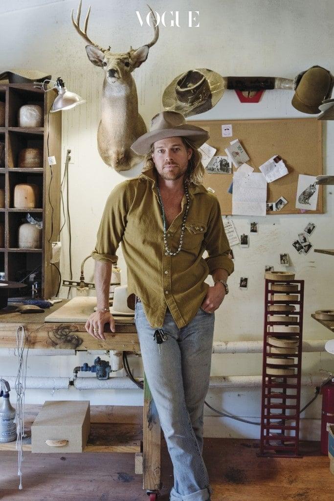 디자이너 닉 푸케가 자신의 아틀리에에서 포즈를 취하고 있다.