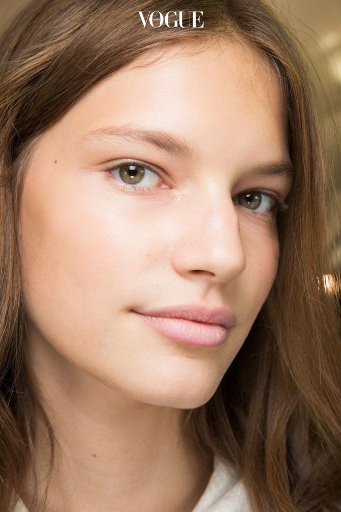 결점 없이 건강하고 윤기 있는 피부는 여전히 유효합니다. 이세이 미야케 백스테이지 소녀들처럼 보송보송한 '베이비 스킨'을 표현하는 방법은? 눈가에 프라이머를 발라 매끈한 질감을 완성하는 것.