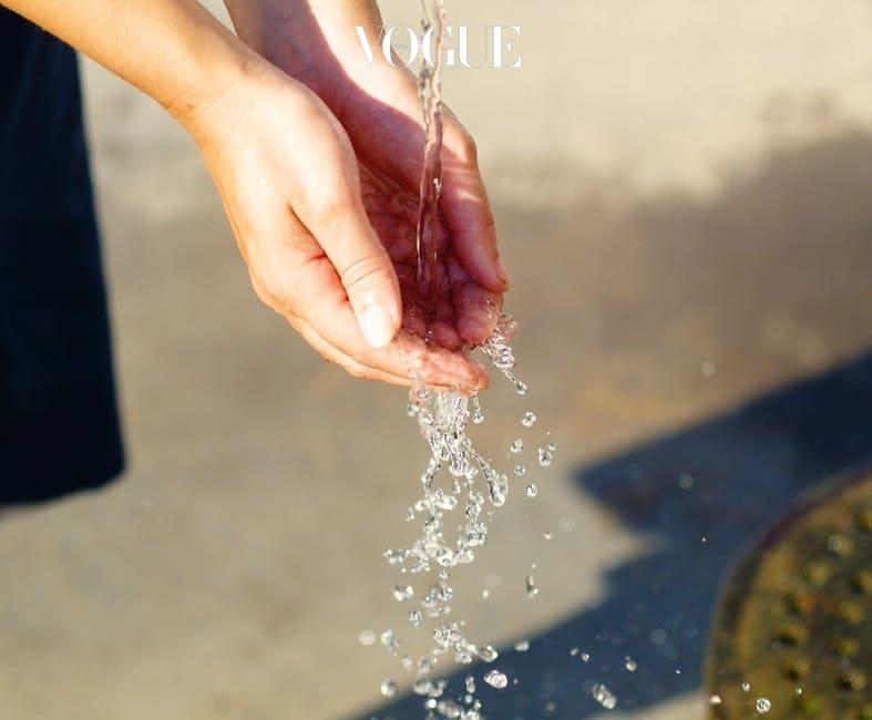 머리를 빗었으면, 욕실로 직행하는 것이 좋겠습니다. 먼저 손을 깨끗하게 씻습니다.