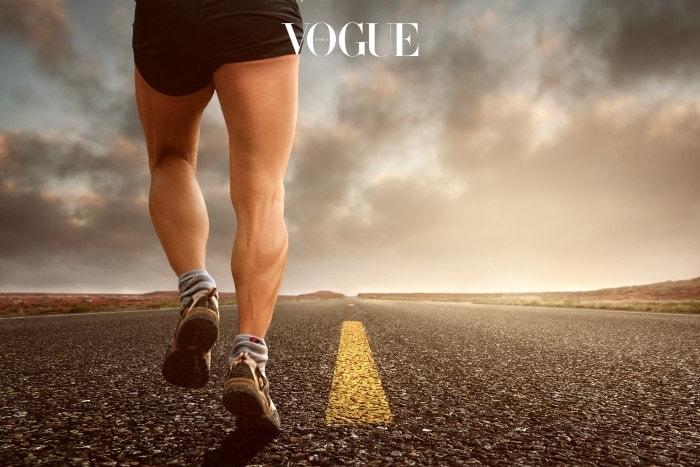 체온을 발생시키는 우리몸의 가장 큰 부위는 바로 '근육'입니다. 그리고 그 근육이 많이 분포되어 있는 곳이 바로 '하체'죠. 하체 근육을 많이 움직이는 운동을 해 줄 경우 체온은 정말 금세 상승합니다. 심지어 수족 냉증인 사람조차 하체 운동을 한 뒤 전체적인 혈관의 움직임이 활발해 졌다는 실험 결과도 있죠! 그렇다면 어떤 동작을 해야 할까요? 아시는 것 처럼 런지, 앉았다 일어서기, 스쿼트, 달리기 등 하체 운동은 다양합니다. 가장 본인에게 알맞은 적당한 하체운동을 규칙적으로 해 주시면 된다는 것!