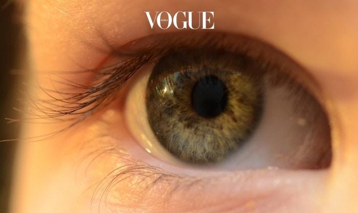 시 언제인지 기억이 안날때부터 콘택트 렌즈를 착용해 오셨나요? 경구피임약을 복용하면 간혹 다시 안경을 착용해야 할 지도 모릅니다. 갑작스러운 호르몬 변화로 안구가 건조해 질 수 있거든요. 눈이 충혈되고, 각막에 미세한 상처가 나서 평소보다 눈이 뻑뻑하게 느껴질 수 있답니다.