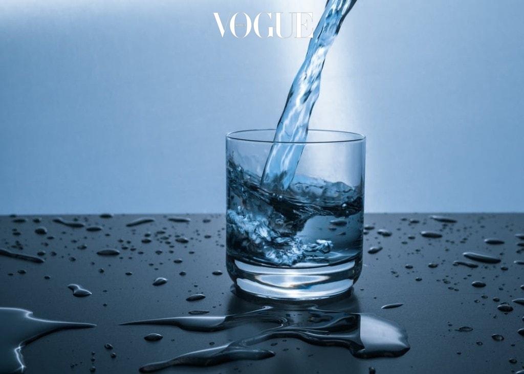 """""""사람들이 목마름을 느끼는 주요한 이유는 탈수증에 걸렸다는 것입니다.""""라고 모든 전문가들은 말합니다. 해결책은? 교과서처럼 아주 간단합니다. 표준적으로 하루에 8잔의 물을 마시라고 권하고 싶어요. 이 '8잔'이라는 물의 모두 'H2O'라는 기준은 없으며, 우리가 일반적으로 섭취하는 음식의 수분도 포함됩니다."""