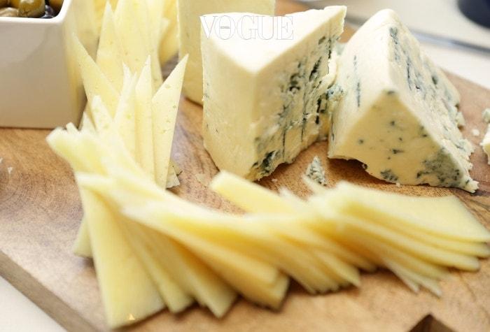 가장 의외의 음식! 치즈가 치아 건강에 좋을 거라고 생각해 보셨나요? 와인의 안주로 나오는 플래터 위에서, 혹은 에피타이저로 등장하는 단단한 종류의 치즈는 치아 건강에 도움이 된다고 합니다. 특히 칼슘, 인과 같은 미네랄이 풍부해 치아 법랑질을 단단하게 만들어 주는데요. 이는 치아 부식과 변색을 방지해 하얀 표면을 유지할 수 있도록 도움을 준다고 합니다.