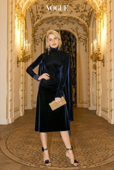패션 블로거 캐롤라인 다우르는 비슷한 디자인에 길이가 다른 골드 귀고리를 선택했죠