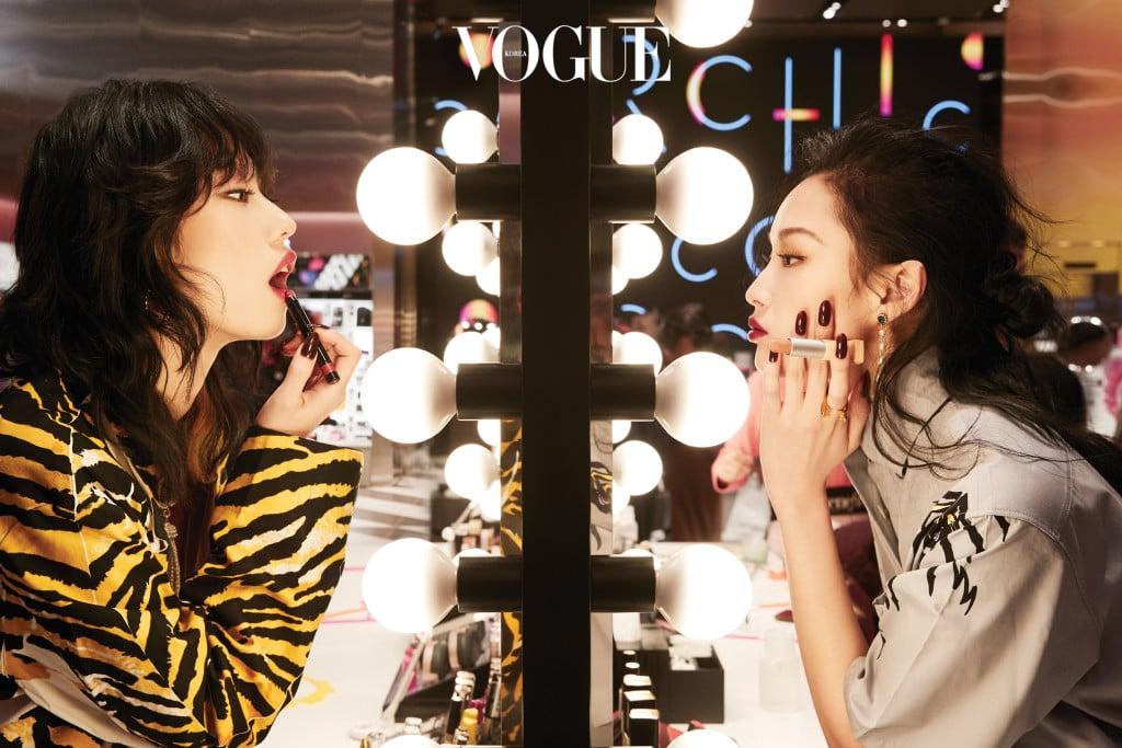 왼쪽 모델의 타이거 패턴 재킷은 프라다(Prada), 골드 후프 이어링은 루이 비통(Louis Vuitton), 목걸이는 샤넬(Chanel). 오른쪽 모델의 흰색 셔츠 드레스는 프라다, 드롭 이어링은 빈티지헐리우드(Vintage Hollywood), 골드 반지는 루이 비통.