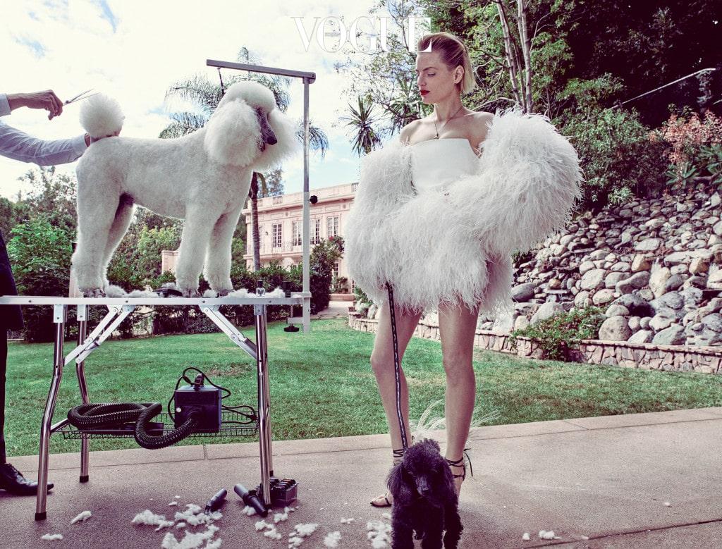 모델이 입은 흰색 타조 깃털 드레스와 스트랩 샌들은 생로랑 바이 안토니 바카렐로(Saint Laurent by Anthony Vaccarello), 목걸이는 끌로에(Chloé).