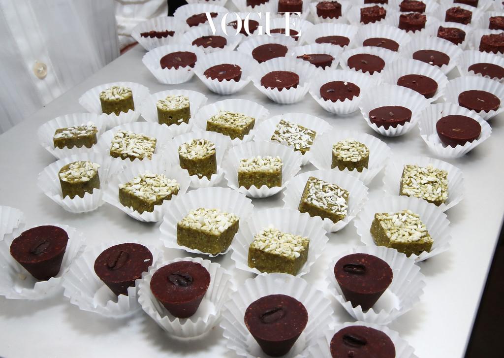 하지만 부족한 애정을 계속해서 당이 많이 든 초콜릿으로 채우려 한다면 체중과 지방이 겉잡을 수 없이 불어날 거예요. 초콜릿을 꼭 먹어야 겠다면 카카오 함량이 높은 다크 초콜릿을 선택해 보세요. 카카오 매스와 카카오버터 함량을 모두 합쳐서 70%가 넘는 것이 좋습니다.