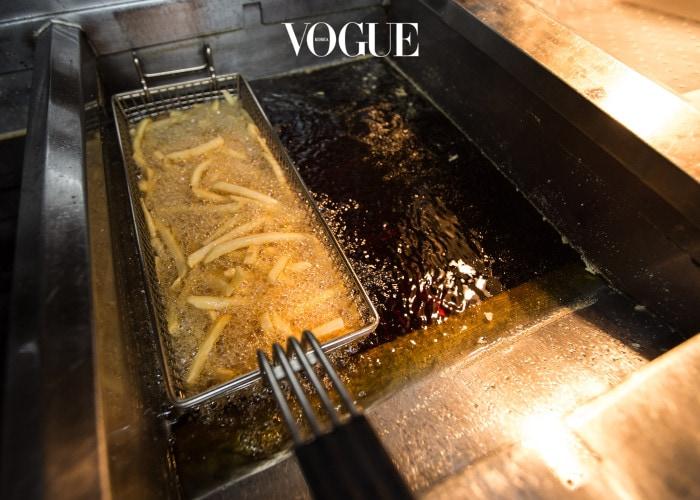 먼저 말씀드리자면, 자꾸 등장하는 '디메틸폴리실록산'은 감자에 자연스럽게 포함된 성분은 아니고요. 감자튀김을 조리할 때 기름이 밖으로 튀는 것을 막기위해 첨가하는 화학물질입니다. 맥도날드에서 '후렌치후라이'를 만들 때 꼭 사용한다고 알려져 있죠. 실리콘의 일종으로 여느 화학물질이 그렇듯 인체에 무해한지 아닌지에 대해 의견이 분분합니다.