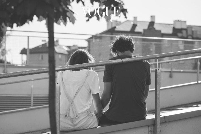 '지금 만나는 사람이랑 결혼할거야?'라는 친구의 질문에 두번 생각할 것도 없이 '아니'라고 대답할 때. 그 때 쯤 이면 벌써 답을 알고 있다고 볼 수 있죠. 그래도 혹시 몰라 관계를 유지하고 있는 와중에, 상대방에게 비슷한 느낌이 들 때가 있습니다. '이사람도 예전같지 않구나', '나를 그냥 만나는구나' 싶을때요. 난 조금 변했을지 몰라도 내 연인은 나를 변함없이 사랑해줄거라고 착각하는 것도 위험하지만, 서로가 같이 식어가는 지점에서 마주치는 순간도 너무나 씁쓸합니다. 상대방의 진심을 눈치채는 순간, 망설이던 내 마음도 확고해지죠. 지금도 나를 사랑하지 않는 사람에게 평생을 기대하겠어요.