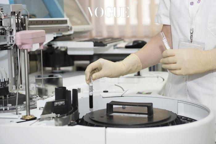쥐의 피부와 디메틸폴리실록산을 배양한 뒤 그것이 모낭에 어떤 영향을 미치는지 알아본 것이죠.