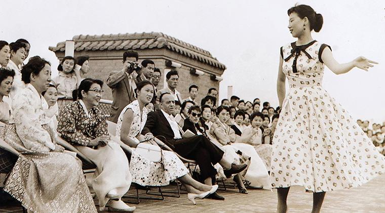 1956년 반도호텔 옥상에서 국내 최초로 패션쇼를 열었던 디자이너 노라 노