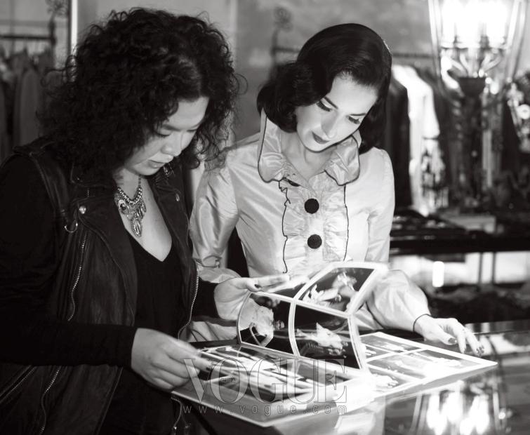 호텔에서 바로 숍으로 간 그녀는 이주영과 함께 여러 벌의 옷을 골랐다.