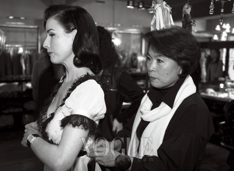 이주영의 어머니인 디자이너 설윤형도 함께 디타 본 티즈를 환영했다.