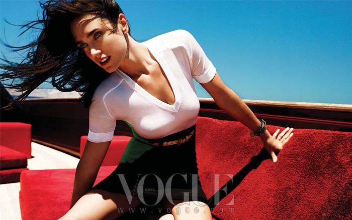 even keel 167cm의 키에 긴 팔다리를 지닌 날씬한 몸매의 소유자인 제니퍼 코넬리. 그녀가 입고 있는 블랙·화이트·그린이어울린 니트 드레스와 벨트는 발렌시아가(Balenciaga), 팔찌는 YSL.