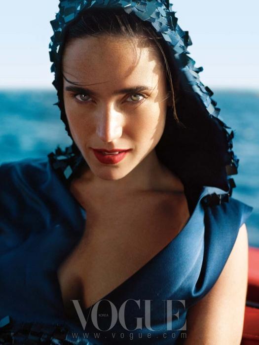 mystery of the deep제니퍼 코넬리의 강한 외모는사람들로 하여금 그녀의 연기보다 그녀의외모를 주목하게 만들었다. 하지만 그녀는음을한 매력의 연기파 배우다.네이비 컬러의 새틴 드레스는샤넬(Chanel).