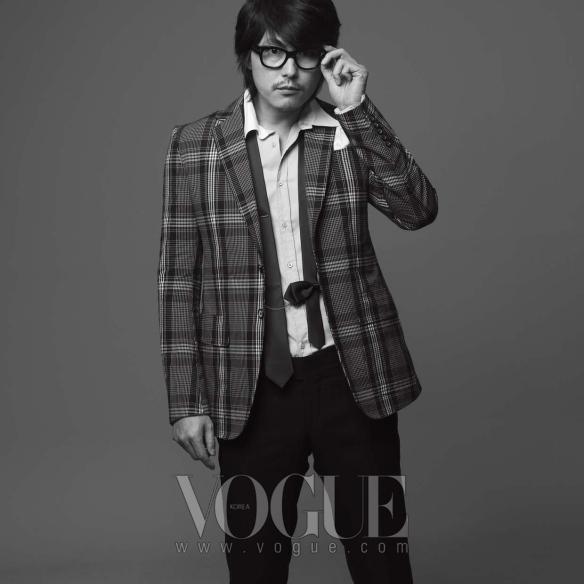 체크 패턴의 재킷과 블랙 팬츠는 구찌(Gucci), 셔츠는 미우미우(Miu Miu at Mue).