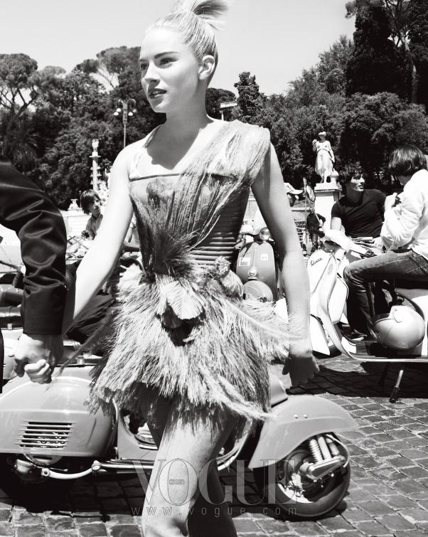 escape artists 이탈리아의 떠오르는 꽃미남 배우 스카마르치오와 함께한  패러디 장면. 밀러의 깃털 코르셋 드레스는 지방시 꾸뛰르(GivenchyCouture.