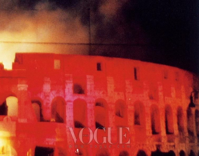 콜로세움에서 발렌티노의 45주년 파티가 열리는 동안 로마 올림픽 스타디움에선 롤링 스톤즈 공연이 있었다.
