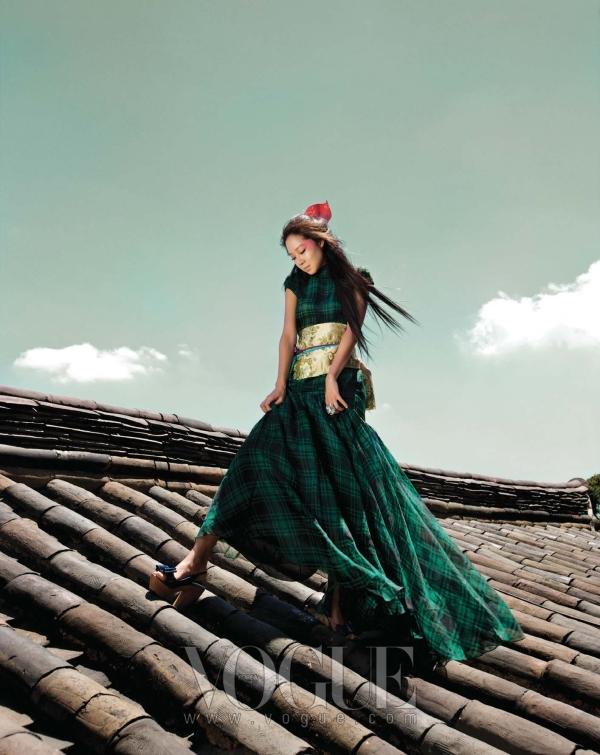 타탄 체크 프린트의 그린 롱 드레스는 시폰 소재로 만들어져 걸을 때마다 찰랑거린다. 드레스는 랄프 로렌 컬렉션(Ralph Lauren Collection), 나무 굽의 플랫폼 힐은 랑방(Lanvin), 커다란 크리스털 반지는 디올(Dior).