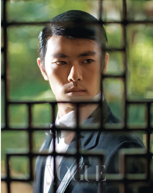가죽이 장식된 블랙 재킷과 보타이는 하용수(Hah Yeong Soo), 화이트 셔츠는 앤 드멀미스터(Ann Demeulemeester.