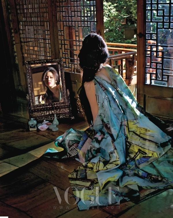화려한 프린트에 구조적인 패턴으로 완성된 볼륨 드레스는 이세이 미야케(Issey Miyake).