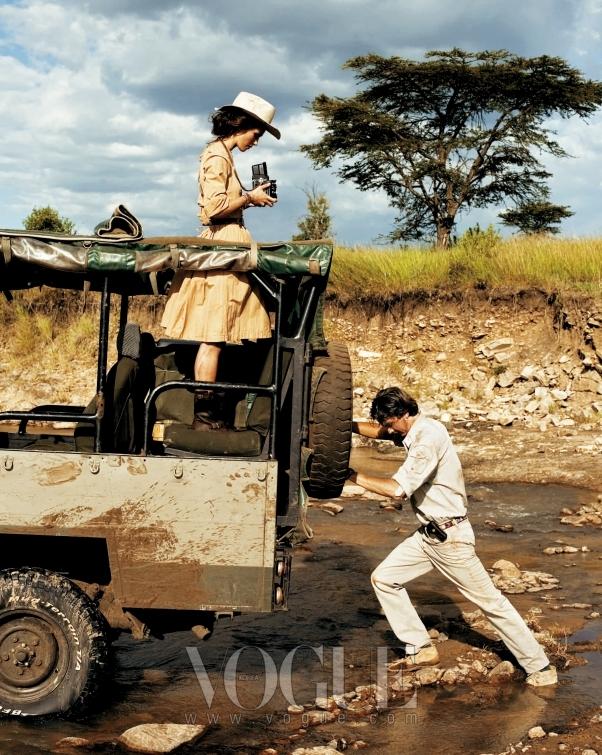 OFF-ROADING 진흙탕 속에 빠진 지프를 밀고 있는 코타의 가이드 윌리암 코웰과 사진 촬영에 열중한 키이라. 황톳빛 포플린 드레스는 이브 생 로랑(YSL), 모자는 로베르토 카발리(Roberto Cavalli).