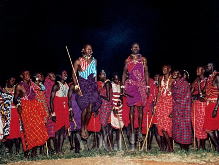 JUMP TO IT! 마사이족이 새의 움직임을 따라 하는 춤과 노래를 보여줬다.