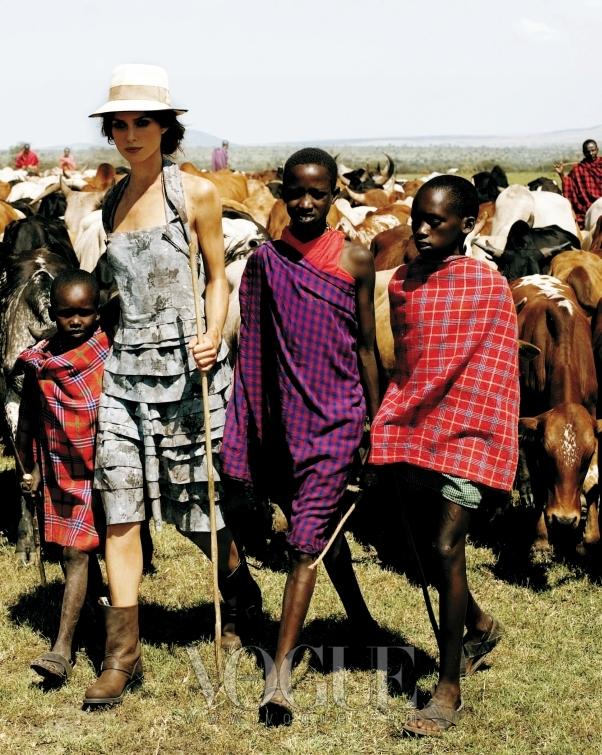 """NOMAD`S LAND """"마사이족과 함께 있는 소 떼를 봤어요. 생각지도 못했는데, 소 떼 전체를 봤지 뭐예요."""" 카무플라주처럼 보이는 플라워 프린트의 티어드 드레스는 마크 제이콥스(Marc Jacobs), 모자는 에르메스(Hermes)."""