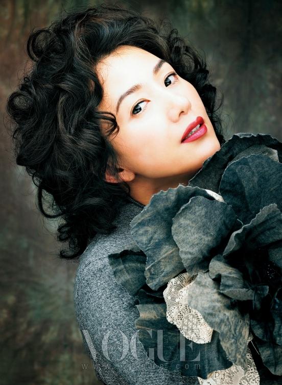 수트 재킷과 드레스는 디올(Dior by John Galliano), 브로치는 이진윤(Lee Jean Youn).