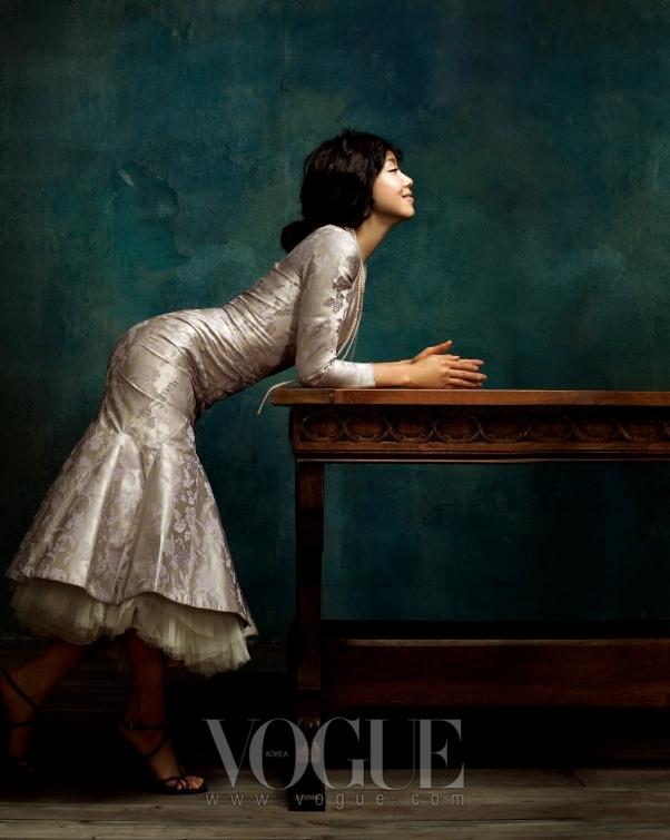 빅토리안 스타일의 실크 드레스는 알렉산더 맥퀸(Alexander McQueen), 진주 목걸이는 미키모토(Mikimoto), 실버 목걸이는 미네타니(Mine Tani), 샌들은 프라다(Prada).
