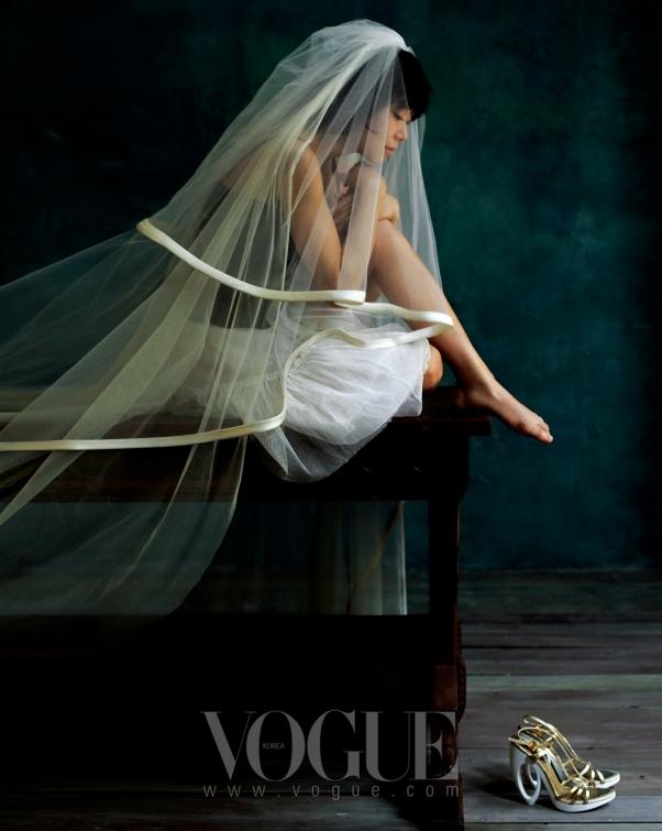 뷔스티에 톱은 돌체 앤 가바나(Dolce & Gabbana), 튤 스커트와 슈즈는 루이 비통(Louis Vuitton), 베일은 백지혜 웨딩.