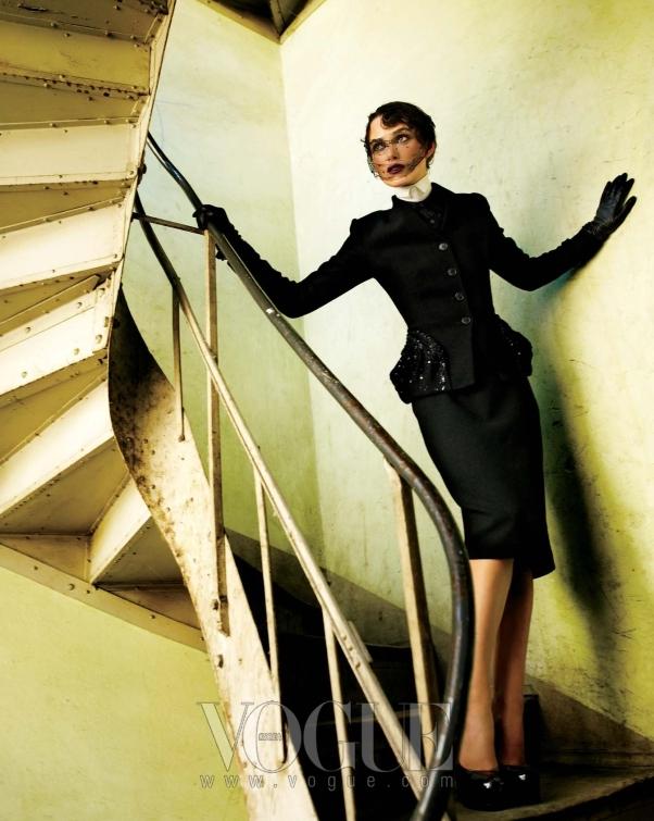 Twists and Turns 포켓 부분에 자수 장식이 들어간 재킷과 스커트는 모두 디올(Dior), 페이턴트가죽 힐은 YSL.
