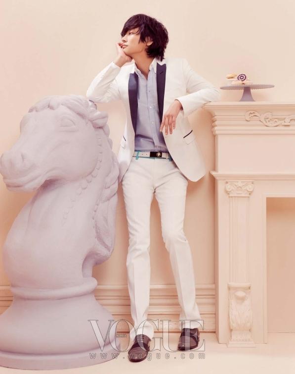 슬림한 화이트 재킷은 돌체 앤 가바나 (Dolce & Gabbana),셔츠는 키츠네(Kitsune at Mue), 팬츠와 벨트는 구찌(Gucci), 슈즈는 루이 비통(Louis Vuitton).