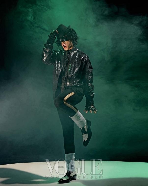 마이클 잭슨의 춤까지 완벽히 소화해낸 태양의 블랙 스팽글 장식 점퍼는 무이(Mue), 러플 디테일의 블랙 셔츠는 팀 해밀턴(Tim Hamilton by BoonThe Shop), 투톤 레이스업 페이턴트 슈즈는 디올 옴므(Dior Homme), 실버 레이스업 스니커즈는 샤넬 옴므(Chanel Homme), 블랙 서스펜더는 디스퀘어드2(D-squared2 by Boon The Shop), 스터드 장식의 글로브는 마스터 마인드(Master Mind by Boon The Shop), 골드 프레임의 에비에이터 선글라스는 레이 밴(Ray Ban at Luxottica).