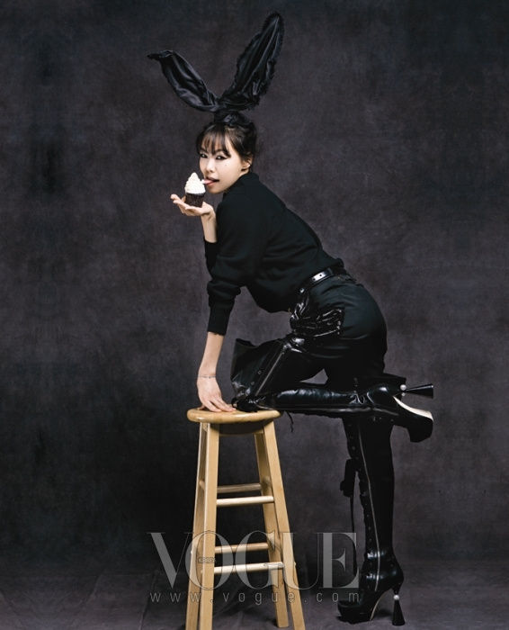 KIM MIN HEE커다란 토끼 귀를 달고 섹시한 바니 걸이 된 김민희. 토끼 귀와 루즈한 캐시미어 스웨터, 그리고 반짝이는 팬츠와 허벅지까지 올라오는 레이스업 부츠는 모두 루이 비통(Louis Vuitton).