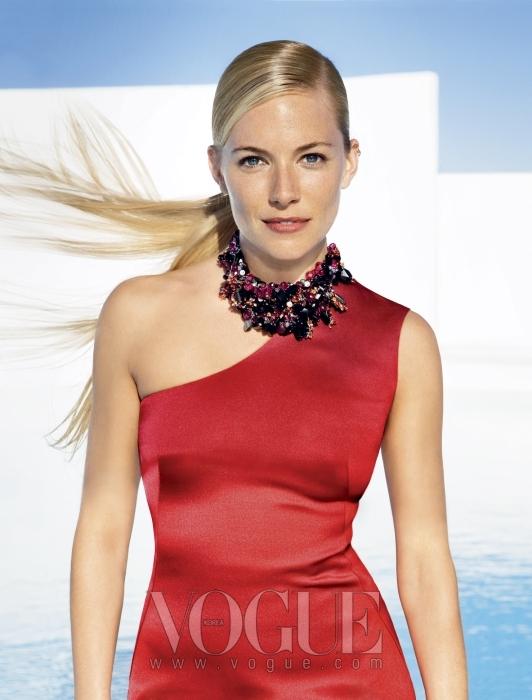 시에나 밀러가 입은 립스틱 컬러를 떠오르게 하는 붉은색 실크 드레스는 캘빈 클라인 컬렉션(Calvin Klein Collection), 스와로브스키 크리스털 목걸이는 니나 리찌(Nina Ricci).