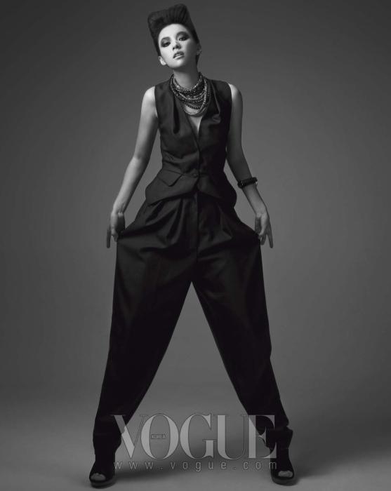 베스트와 배기 팬츠, 슈즈는 이브 생 로랑(Yves Saint Laurent), 목걸이는 아틀리에 스와로브스키(Atelier Swarovski at 10 Corso Como), 팔찌는 에르메스(Hermès).