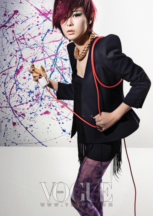 그런지 스타일의 블랙 보디 수트는 프리마돈나, 파워 숄더의 블랙 재킷은 발맹, 골드 목걸이는 데일리프로젝트, 빈티지 골드 반지는 벨앤누보.