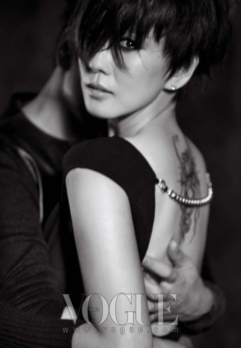 김남주가 입은 체인 장식의 백리스 블랙 드레스는 바바라 부이(Barbara Bui). 김승우가 입은 레더 톱은 프라다(Prada).
