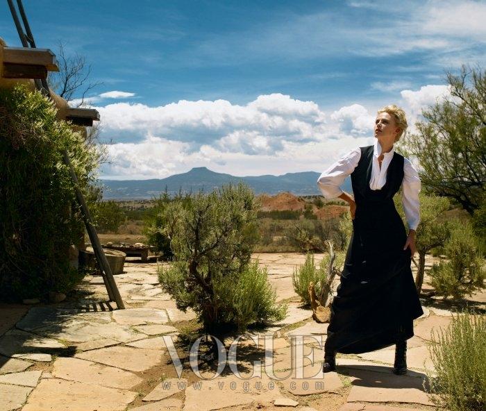 ON POINT샤를리즈 테론은 무용수가 몸을 움직이듯이 하나의 이야기를 표현해낼 수 있는 능력을 지녔다. 드레스는 살바토레 페라가모(Salvatore Ferragamo), 포플린 소재의 셔츠는 에스칸다르(Eskandar).