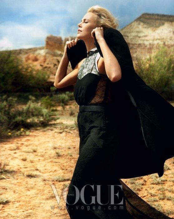 BRAVING THE ELEMENTS미국과 멕시코 국경을 둘러싼 연애 서사극 에 출연한 샤를리즈 테론. 코트는 보스 블랙(Boss Black), 블랙 레이스 드레스는 디올(Dior), 포켓 스퀘어는 턴불 앤 아서(Turnbull & Asser).