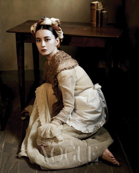 베이지 컬러의 레이스 드레스는 미스지 콜렉션, 어깨에 두른 러플 숄은 문영희, 네크리스와 진주 팔찌는 제이미 앤 벨.