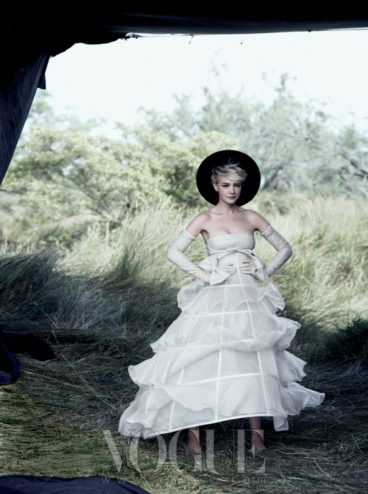SHOW DOWN부드러운 곡선과 딱딱한 직선이 만났다.길고 풍성한 실루엣을 만들어주는가는 뼈대 위로 얇고 부드러운실크 오간자가 더해져 물결치는 형태를완성했다. 드레스와 롱 장갑은 발렌티노오뜨 꾸뛰르(Valentino Haute Couture).