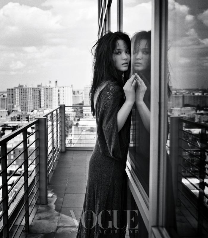 슈퍼 모델 출신의 사진 작가 헬레나 크리스텐슨이 찍은 팜므 파탈 이미지의 송혜교.