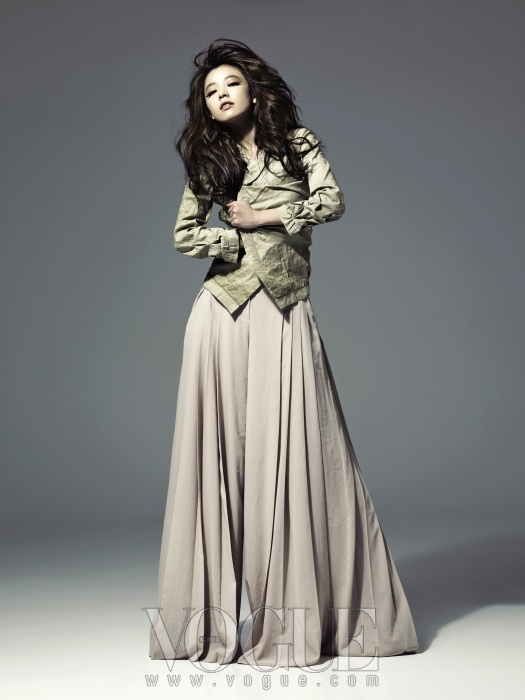 아이보리 컬러의 재킷은 도나 카란(Donna Karan), 피치 컬러의 와이드 팬츠는 모그(Mogg).