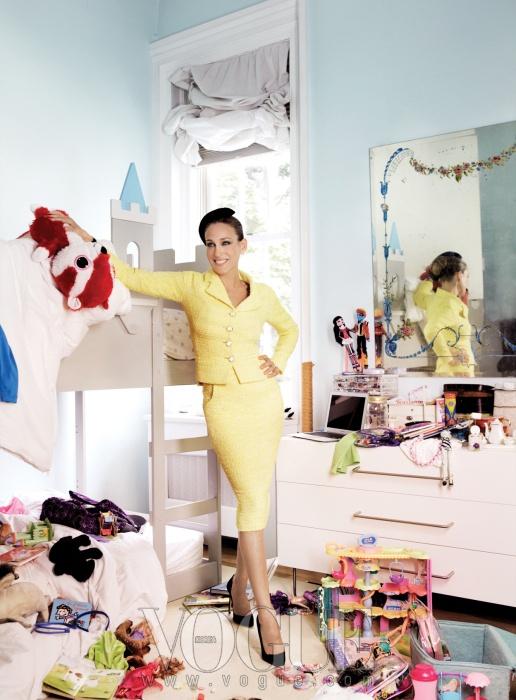 상큼한 레몬빛 트위드 재킷과 스커트는 샤넬(Chanel), 스웨이드 펌프스는 마놀로 블라닉(Manolo Blahnik).