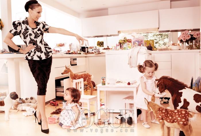 쌍둥이 타비타(왼쪽)와 로레타가 농장놀이에 한창이다. 사라의 자수 장식 톱과 스커트는 마크 제이콥스(Marc Jacobs), 시계는 까르띠에(Cartier). 쌍둥이들이 입은 드레스는 플로리스(Fleurisse).