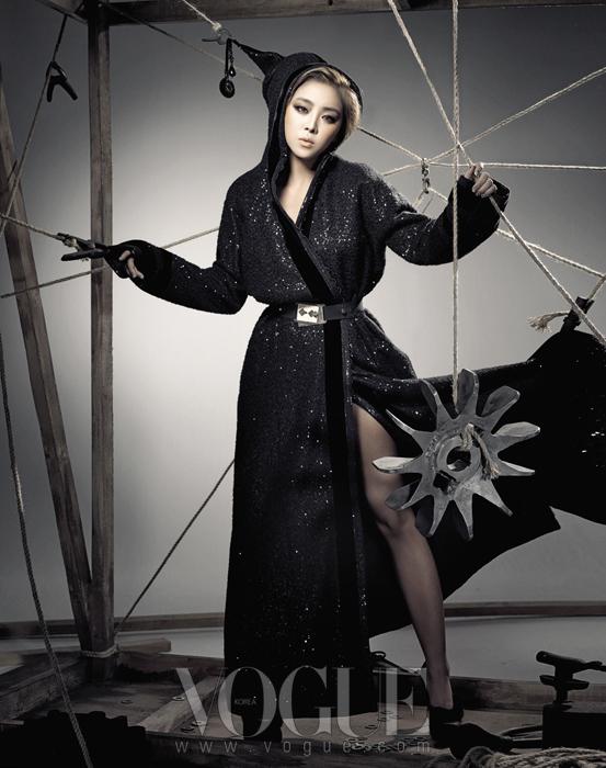 나르샤의 블랙 코트는 김동순 울티모(Kim Dong Soon Ultimo), 벨트는 펜디(Fendi), 슈즈는 니나 리치(Nina Ricci).