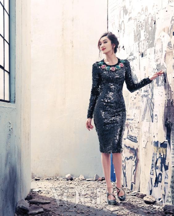 섹시한 보디라인이 글래머러스한 무드를 풍긴다. 플라워 디테일이 포인트인 블랙 스팽글 드레스.